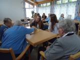 Jugendliche besuchen Seniorenheim